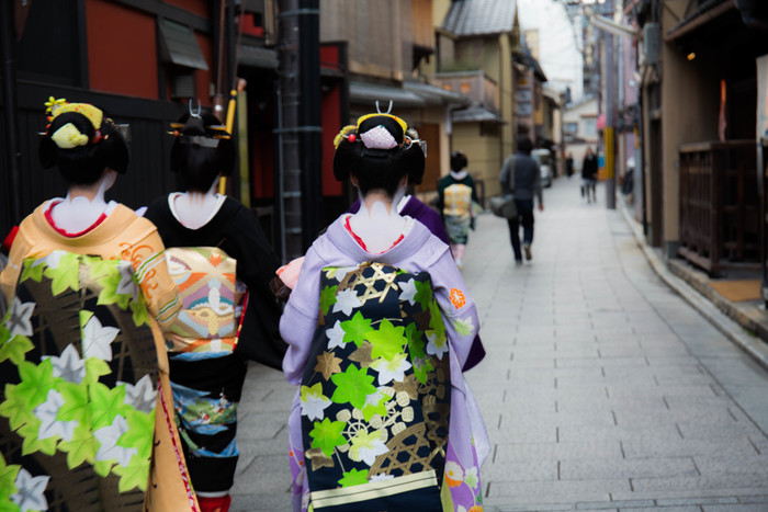 ぎおん徳屋はその名の通り、「祇園花見小路通り」にあるお店。舞妓さんや芸妓さんが行交いする情緒ある通りです。