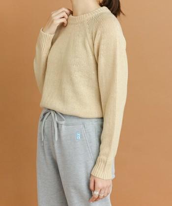 ウール素材のように見えるバルキーアクリルを使用したクルーネックニットは、肌寒い今の季節に大活躍。丈が少し短めなので、スカートとも合わせやすいですよ!