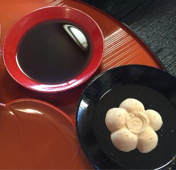 黒蜜と黄な粉を交互に楽しみながら、ゆったりと味わうことができます。