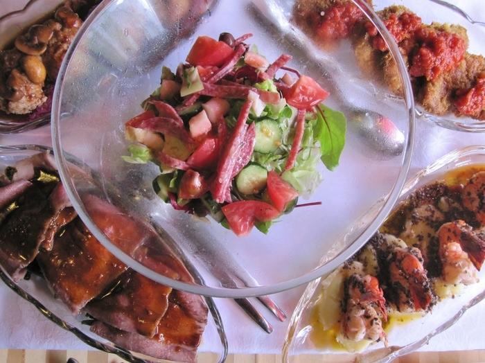 2巡目は牛肉のステーキ、デンマーク風ハンバーグなど温かいお料理を中心にいただけます。 こちらにパンがつくのでボリュームは満点。 ちなみに写真は複数名分の料理です。