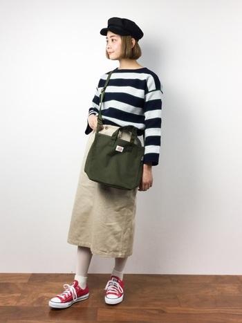 タイトすぎないシルエットが魅力的なフレンチタイトスカート。ほどよいボリュームのうえ丈も長いので、とても上品なイメージをあたえます。