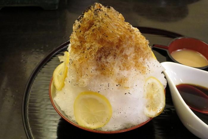 レモンは蜂蜜漬け、番茶シロップはさっぱり風味で全体に甘さはひかえめです。くどくないので男性にも食べやすくなっていますし、ひときわ涼感を感じるかき氷です。
