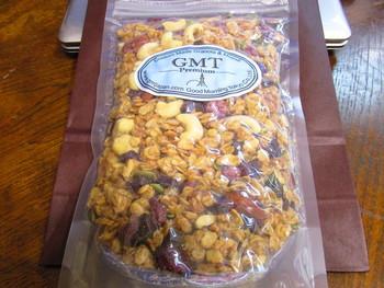 オーツ麦をはじめ9種の雑穀をアメリカ・モンタナ州から輸入。このオーツ麦を中心とした雑穀を、GMTの厨房で一粒一粒丹念に焼き上げ、新鮮なうちにお客様に提供しています。砂糖や添加物を極力使用せず、カナダ産のメープルシロップなどを使用。厳選された素材を使い丁寧に焼き上げたグラノーラには、今までのグラノーラの固定概念をぶち破るような上質感があり、常に注目を集めています。