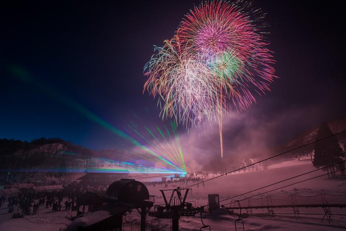 冬の寒空に凛と美しく咲く。「冬の花火」を見に行きませんか?