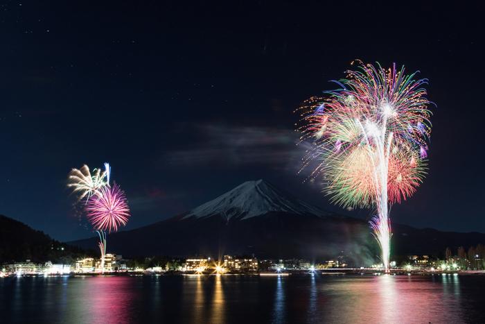 河口湖畔大池公園で打ち上げられる毎年恒例の「河口湖冬花火」。この花火が目的で河口湖方面に旅行に出かける人も多いとか。期間中には西湖樹氷まつりなどのイベントも行われます。(花火開催日:2017年1月14日~2月19日の土日、2月23日<富士山の日>)