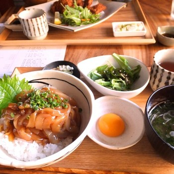 島根県隠岐島海士町の観光協会が運営する「離島キッチン 」。自分たちの島だけではなく、日本全国の島の食を中心に、離島ならではの文化・歴史・物語を楽しめるお店です。メニューは、隠岐島を中心に月替わりで様々な島を紹介。隠岐島の寒シマメ(イカ)漬け丼や、タコの唐揚げなどおつまみも充実しています。