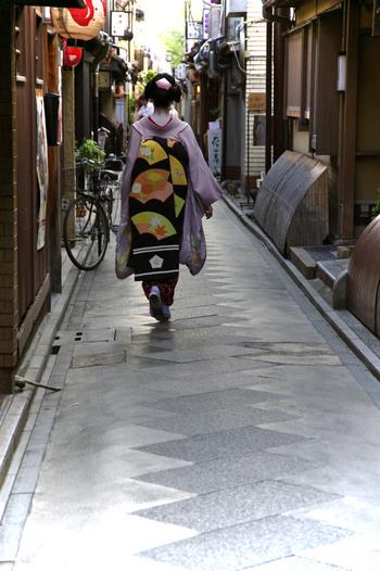 先斗町(ぽんとちょう)は、鴨川と木屋町通の間にある花街です。飲み屋さんや食事処が立ち並んでいる細い道は、通るだけでどこかに迷い込んでしまったような気分にさせられます。