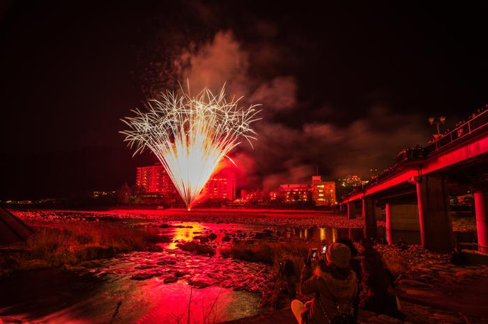 下呂温泉では、2017年冬、夕食後のゆったりとした時間に花火が打ち上げられる「下呂温泉花火物語」も開催されます。飛騨路の冬を彩る風情ある花火を、温泉とともに楽しめます。(花火開催日:2017年1月初めから3月終わりまでの毎週土曜日)