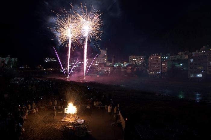 「下呂温泉花火ミュージカル冬公演」は、音と光の感動のライブショー。飛騨川沿いの広い舞台で、世界屈指の花火師による花火ショーが行われます。山の花火は、音の反響も素晴らしくおすすめ。