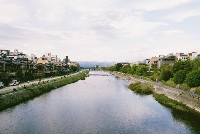 鴨川は京都市を縦に流れる川。たくさんの橋がかけられています。橋から眺める鴨川の様子を撮影するのもおすすめ。京都は建物が低いので、空もきれいに写せます。