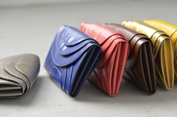 iroseからおすすめのお財布をもう一つ。こちらは色とりどりのお財布たち。 自分のラッキーカラーや風水を参考にして選んでみるのもいいですね♪