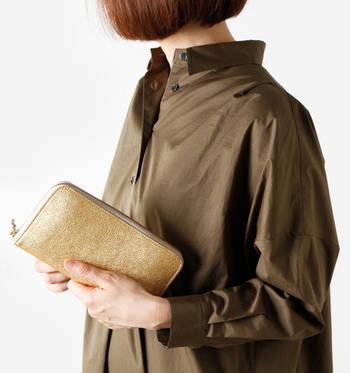 金運アップしそうなゴールドが美しい!大人の手に馴染む柔らかで高級感のあるmormyrus(モルミルス)のシボの革財布です。