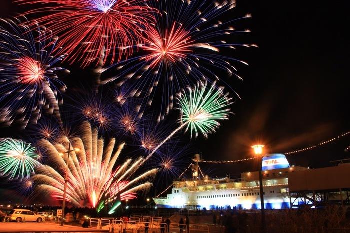 夜景で知られる函館ですが、冬の花火も必見!2月の5日間、毎日約2000発の花火が函館の夜空を鮮やかに染め上げます。函館の街のイルミネーションとともに広がる、海上花火らしいスケールの大きな光のショーは圧巻。(花火開催日:2017年2月8~12日)