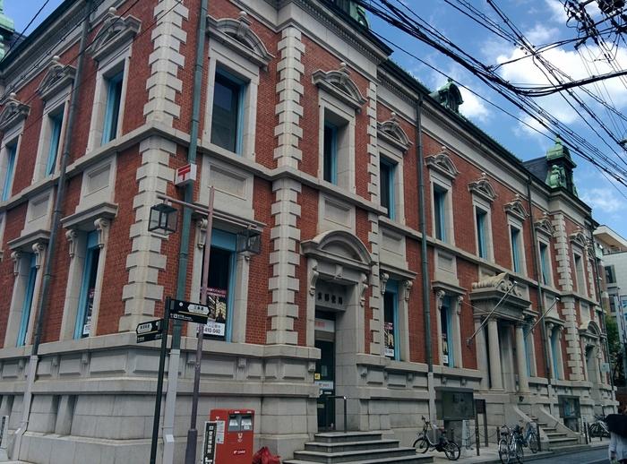 人で賑わう三条通。新町通りから寺町通りまでが「三条通界わい景観整備地区」に指定されていて、歴史のある建物がそのまま活用されています。京都市営地下鉄「烏丸御池駅」近くの中京郵便局は、1902年に建築されたネオルネサンス様式の建物です。日本でもっとも歴史のある郵便局の一つ。