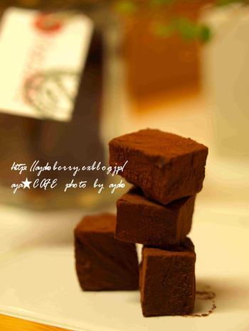 板チョコ、生クリーム、ココアパウダー、この3つの材料だけで作る超簡単な生チョコレート。材料費もリーズナブルですが、時間が無い時でも素早く作れるのが嬉しいポイント!
