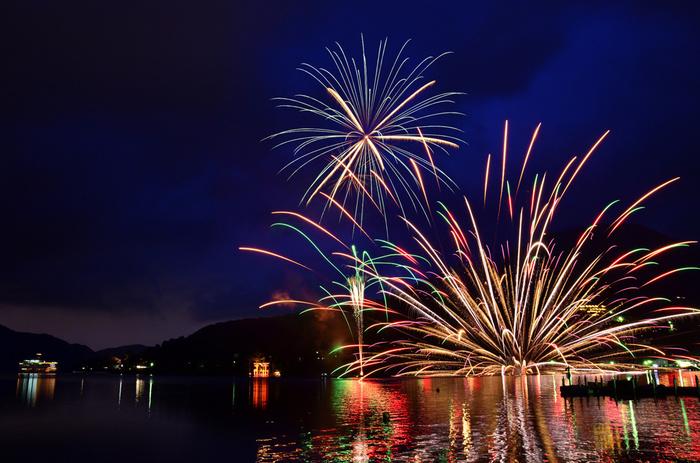 2016年の芦ノ湖冬景色花火大会は、元旦の「新年奉祝花火大会」に始まり、1月初旬の「芦ノ湖トワイライト花火」、2月の「節分祭奉祝花火大会」の3大会が行われました。2017年も同様に開催されています。日暮れ直後に打ち上がるトワイライト花火など幻想的でおすすめ。