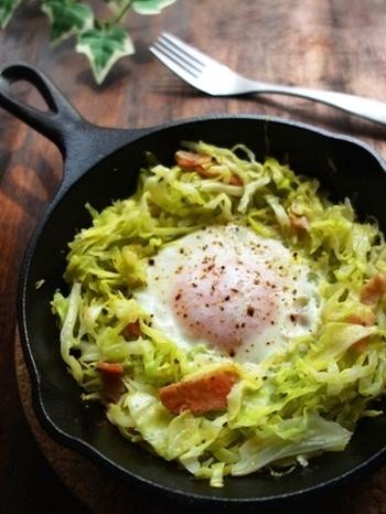 蒸して甘みのでたキャベツとトロトロたまごを絡ませていただきます。簡単にできて栄養たっぷり、優秀朝ごはんですね。