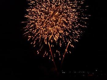 「伊東市とっておき冬花火大会」は、伊東市のなぎさ公園で行われるイベント。花火ファンタジアのほかにも、よさこい踊りや伊東太鼓の演奏、バザールなどで盛り上がります。(花火開催日:毎年12月22日)