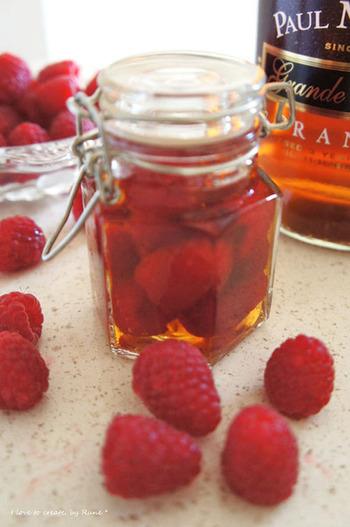ラズベリーをブランデーに入れて漬けるだけの「フルーツブランデー」。 炭酸水でソーダ割にしたり、ホットミルクに入れたりして飲むと美味しいです♪