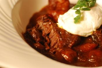 ◆ビーフシチュー  定番のビーフシチューも、ポーチドエッグを載せれば、こんなにオシャレな一皿になりますよ。 レシピは下のリンクを見て下さいね。