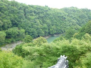 渡月橋から、上流に向かって右岸の川沿いの小道を約1km。その後標識に従って石段を登ると、嵐山中腹にある「千光寺」に。