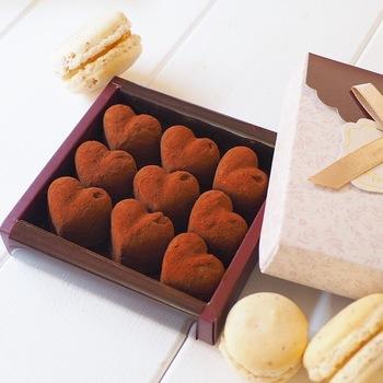 シリコンのチョコレート型で、可愛いハート型に仕上げた生チョコは、隠し味にピーナツバターが!冷凍庫でしっかり冷やし固めることで、型から綺麗に外すことが出来ます。