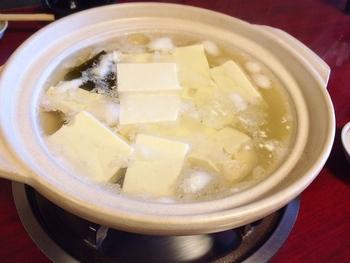 【画像は、宝厳院近くの「湯豆腐 嵯峨野」の湯豆腐。】