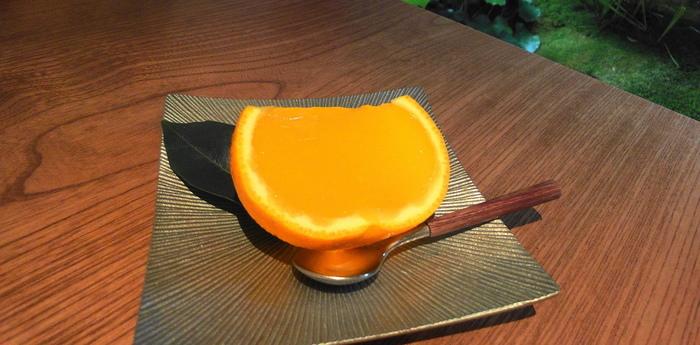 【北野天満宮の老舗和菓子店「老松」の嵐山店。併設の茶房では、季節の生菓子やぜんざい、お茶が頂けます。画像は、老松の代表生菓子「夏柑糖」。】