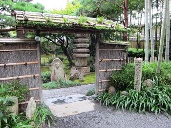 【画像は、嵐山観光中心部に位置する「湯豆腐 嵯峨野」。閑静な場所にある老舗店です。観光途上で名物料理を頂けば旅の気分も高まります。】