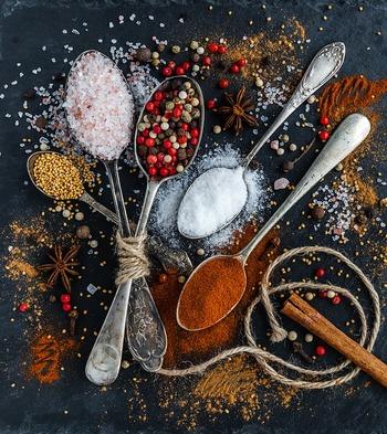 4種類のスパイスという意味を持つ「カトル・エピス」。レッドペッパー、ホワイトペッパー、ブラックペッパーなどの辛味を持つスパイス1種と、アニスやクローブ、生姜、ナツメグといった香りのスパイスを3種合わせたものを言います。オールスパイスでも代用できますが、お好みのスパイスを組み合わせても。