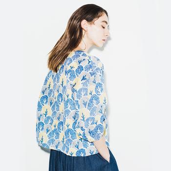 春の暖かな日差しの下で身につけたくなる、心華やぐテキスタイルの「marble SUD」のファッションアイテムをご紹介します。