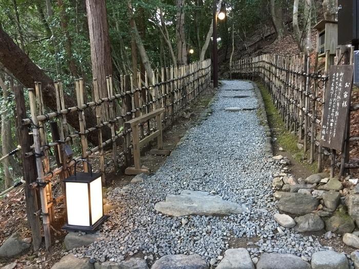 京都嵐山で人気の「松籟庵(しょうらいあん)」は、渡月橋上流、豊かな緑の中にひっそりと佇む京料理店です。