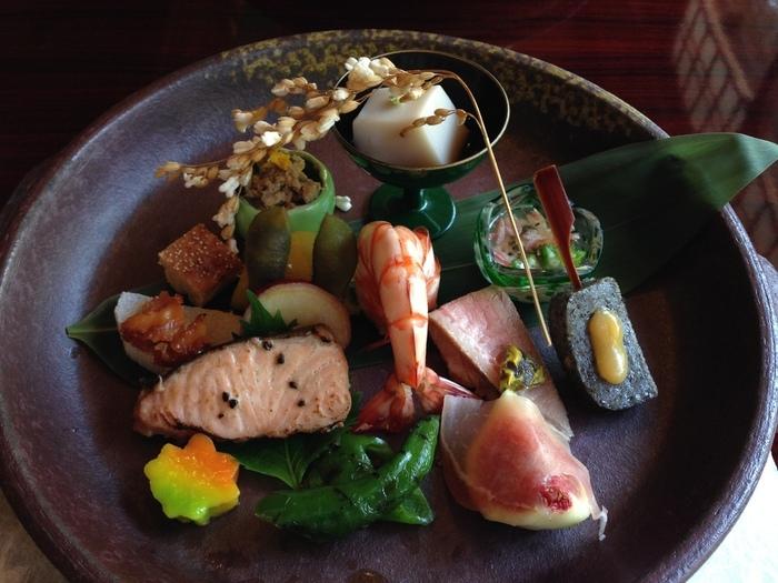 料理も雰囲気も良い「松籟庵」は、海外にも知られる人気店。特に桜や紅葉のシーズンは席が取り難いので、日程が決まっているのなら早目に予約を入れましょう。 【画像は、値段も手頃な「松葉(しょうよう)コース」の季節感溢れる八寸盛。】