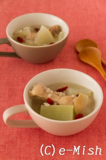 もち麦のもちぷち食感をところどころで感じるサムゲタンスープは、丸鶏の代わりに手羽元を使ってお手軽に。もち麦は入れすぎないくらいがちょうどいいそうですよ。