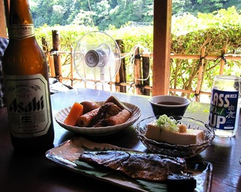 料理は、おでんや湯豆腐、うどんや蕎麦、丼もの等の食事メニューの他、わらび餅やぜんざい等の甘味等など。  立地が良く、目の前に広がる景色を楽しみながら、のんびりと食事が頂けます。ビールや日本酒で、おでんや湯豆腐をつまむのも一興です。