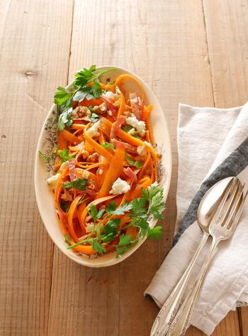 リボンサラダは、野菜をリボン状に薄ーくスライスしたサラダのこと。繊細で華やかな見た目なので、おもてなし料理にも是非!削った人参の不揃いな食感が面白く、人参1本でもボリューム満点!人参のオレンジがとても鮮やかで、食卓を美しく彩ってくれそうです。