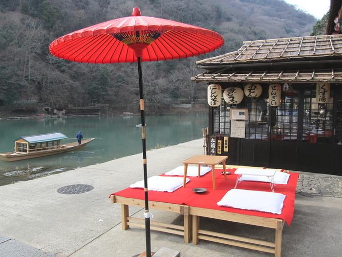 「亀山家」は、大堰川沿いで古くから営業する茶店。観光地にあって、リーズナブルな価格で、美味しい料理や甘味が頂けます。