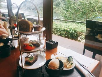 """カフェで頂けるのは、""""和のアフタヌーンティ-""""。シェフ特製にスープや季節の上生菓子、京野菜とチャツネと米粉パン等など、和と洋の様々な料理やスウィーツが楽しめるコースです。アフタヌーンティーで、優雅な嵐山の午後を過してはいかが? 【カフェでは、11時・13時・15時と3回に分けて予約を受け付けています。予約は1~4名、90分の時間制限があります。】"""