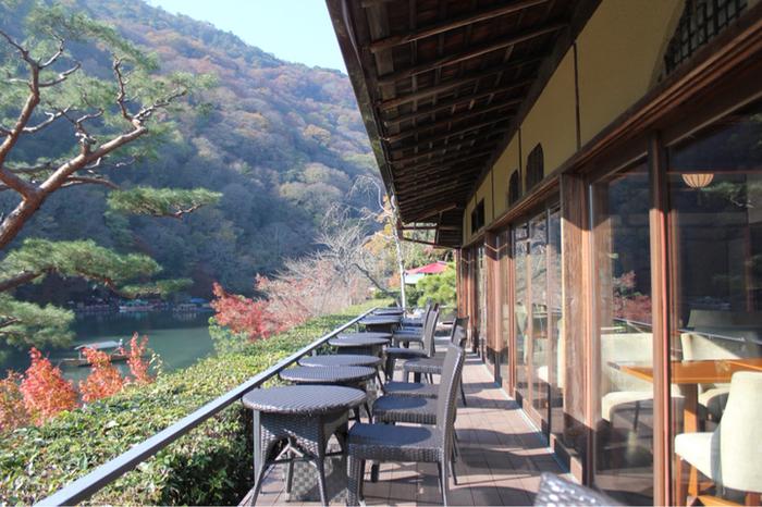 「茶寮 八翠」は、「翠嵐 ラグジュアリーコレクションホテル 京都」内にあるカフェ。大堰川に面したカフェは、眺望抜群。席に着けば、ラグジュアリーな一時が過ごせます。