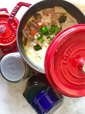 もち麦は洋風のスープ「クラムチャウダー」とも相性抜群。ヘルシーな野菜もたっぷりで、これだけでお腹いっぱい&栄養満点です。