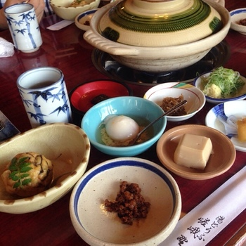 そして、嵐山の有名豆腐店「森嘉」の豆腐を用いた「湯どうふ」。趣のある室内で頂くのは、湯どうふのコース料理。コースは、季節の野菜の天ぷらやごま豆腐、がんもどき等がセットになった全十品の一種類のみ。嵐山嵯峨野の雰囲気と名物を楽しめるお店です。
