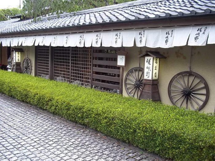 渡月橋から歩いて5分程。大堰川沿いの道から少し中に入った場所に佇む「湯豆腐嵯峨野」も、嵐山の人気店です。