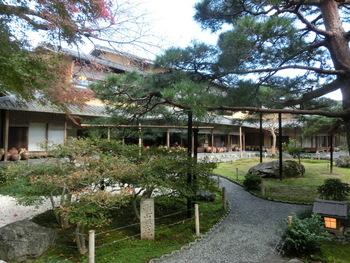 「湯豆腐嵯峨野」の魅力は、嵯峨野の静けさを湛えた日本庭園と周囲に溶け込んだ数寄屋風の建物。