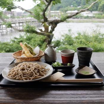 邸内、桂川に面する「嵐山よしむら」は、二階建て。窓辺のカウンター席からは渡月橋と桂川の素晴らしい景色を眺められます。