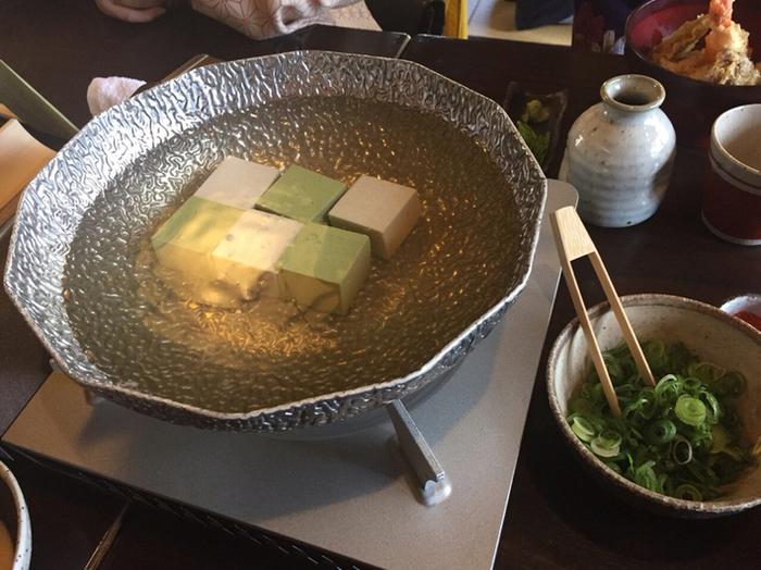 趣きある茅葺きの庵と日本庭園が魅力の「松ヶ枝」。風情ある店内で頂くのは、国産大豆と京の水で手作りされた、濃厚な味わいの豆腐料理。湯どうふと料理のセットメニューの他、ご飯ものや一品料理、甘味等もあり、「嵐山よしむら」と同様にメニューは豊富です。