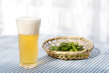枝豆のタンパク質に含まれる「メチオニン」はビタミンB1、ビタミンCと共にアルコールの分解を促進し、肝機能の働きを助け、飲み過ぎや二日酔いを防いでくれる働きがあります。 お酒を飲むときに同時に摂取すると、おいしいだけでなく体への負担も軽くなるんですよ♪