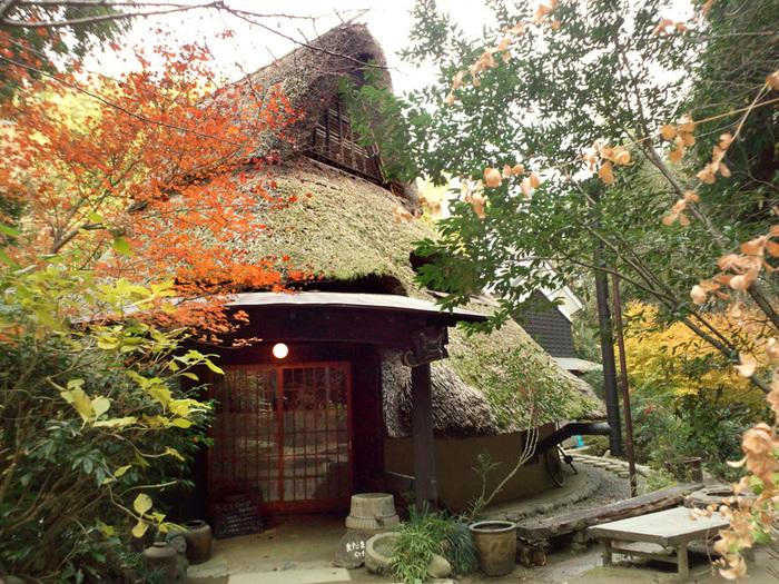 隠れキリシタンの里(大阪府/ 茨木市)・・・豊かな自然が残る千提寺の竹林の中にひっそりと佇む「茶房まだま村」は、直径12m高さ11mの円錐型をした建物。柱には200年前の民家20軒分の古材を、屋根材には琵琶湖の葦を使用しています。 囲炉裏や舞台があり、1m 掘り下げた土間(三和土)は最大180名程収容できる大空間。普段はのんびりと過ごせるカフェとして、ライブや講演会などのイベントスペースとして、幅広く利用できるカフェです。