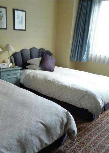 客室は、白馬の自然をモチーフに、2階はギフチョウの黄色、3階は空とブルーベリーの青、4階はカタクリのピンク、5階は森と山菜のグリーンでカラーコーディネートされているというこだわりよう。