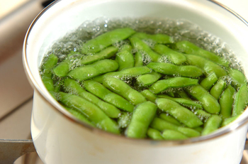 1、枝豆を大きめのボールに入れ、塩でよく揉んで産毛や汚れを落とす。  2、1を水で軽くすすぐ。  3、フライパンや鍋に移し、適量の塩を全体にまぶした後、水を加えてフタをし中火で5分。  4、5分経ったら、ザルに上げて粗熱をとれば完成です。塩はお好みで。