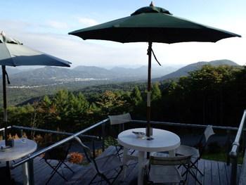 ペットと一緒・・・軽井沢で一番高い場所に位置するカフェでは、軽井沢の景色を一望できますよ!13席だけの小さなカフェでは、大好きなペットとも一緒に過ごせますよ!(テラス席のみ可)